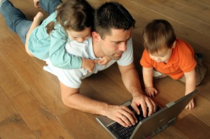 dad_on_floor_with_children_laptopXSmall